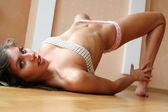 A menina coloca sobre um piso. — Foto Stock